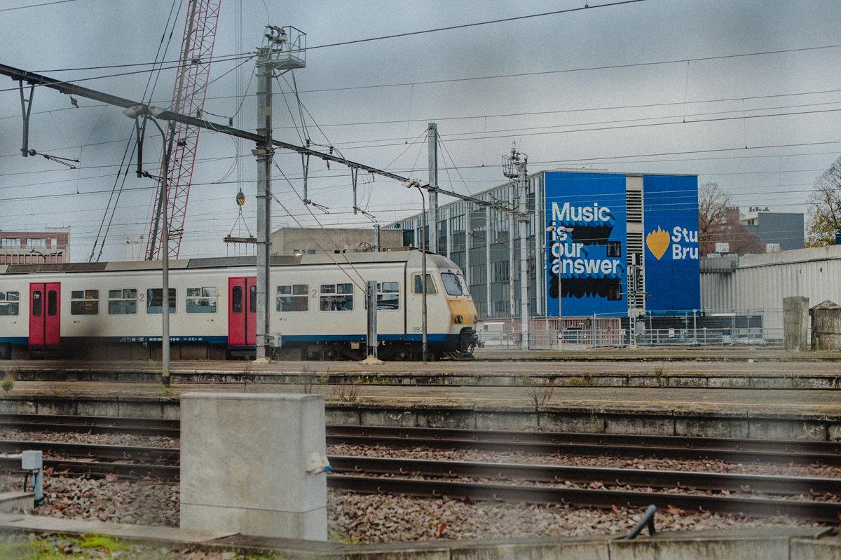 © VRT: Studio Brussel maakt voor De Warmste Week 1 week lang live radio aan het station van Kortrijk.
