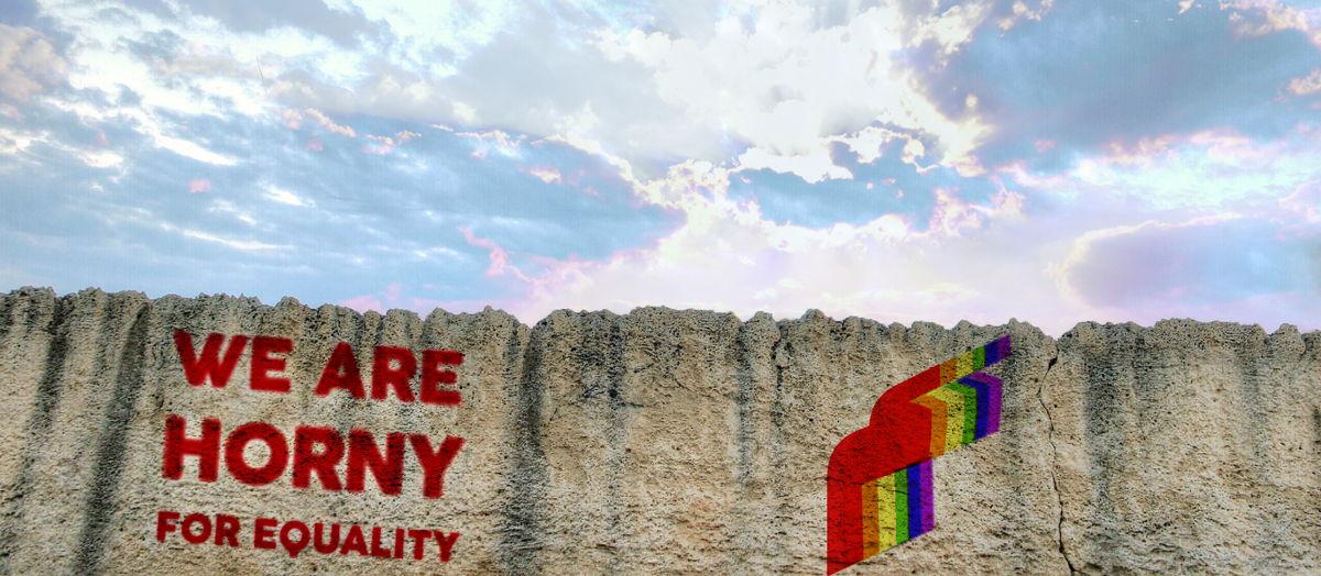 أحد الرسائل التي كتبها متطوعو حلم على جدران بيروت خلال حملة حلم في اليوم العالمي لمكافحة رهاب المثلية الجنسية والعبور الجندري عام ٢٠١٩. الصورة بإذن من حلم.