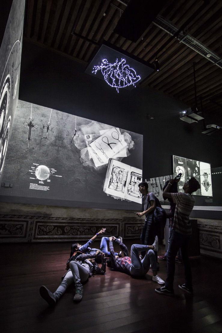 Una gran pantalla de 8x3 metros que, por medio de un blending, une dos proyecciones para mostrar una selección de fotografías y textos del libro en una sucesión de imágenes hermosamente animadas.