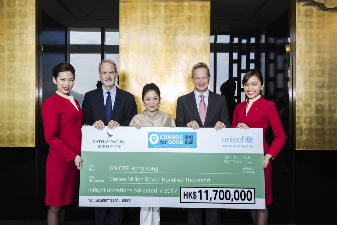 Cathay Pacific Chief Executive Mr Rupert Hogg (2nd Right) and Director Customer Mr Simon Large (2nd Left) present the 2017 Change for Good donation to UNICEF HK Chairman Ms Judy Chen (Centre).