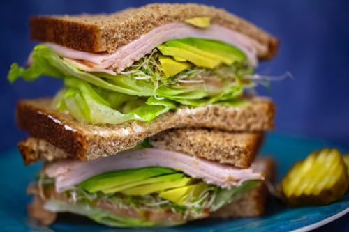 De sandwichgeneratie wordt groter: steeds meer mensen nemen tegelijk zorg op voor jongere en oudere generatie