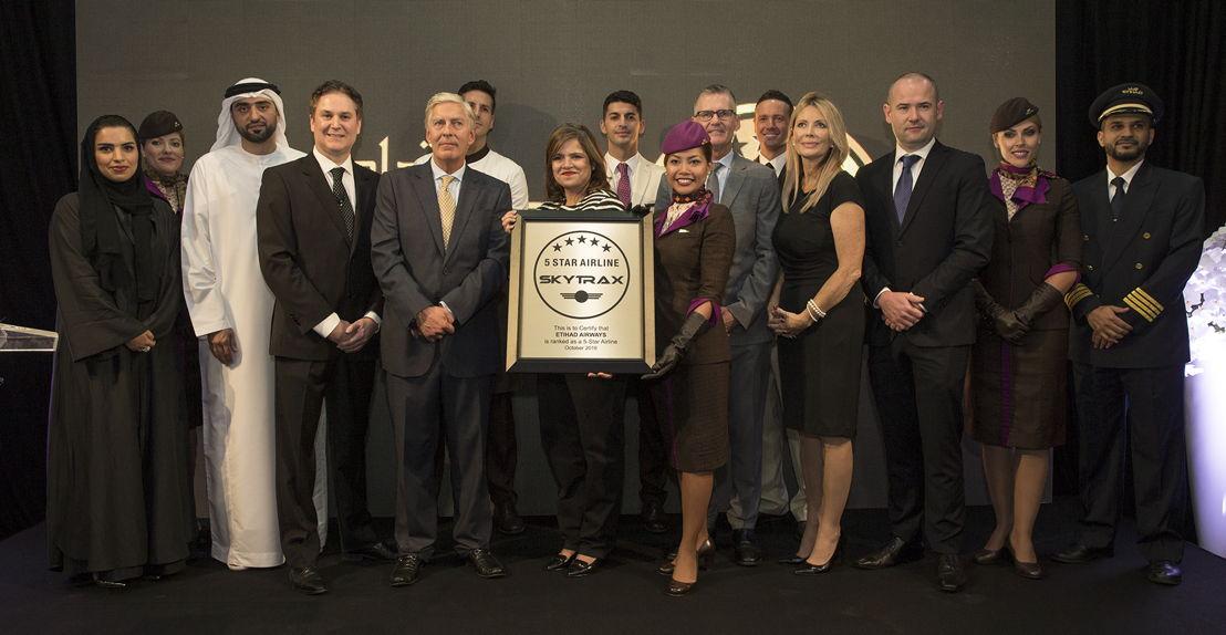 Edward Plaisted (vijfde vanaf links) overhandigt Etihad Airways medewerkers de Skytrax Certified 5-Star Airline Rating.