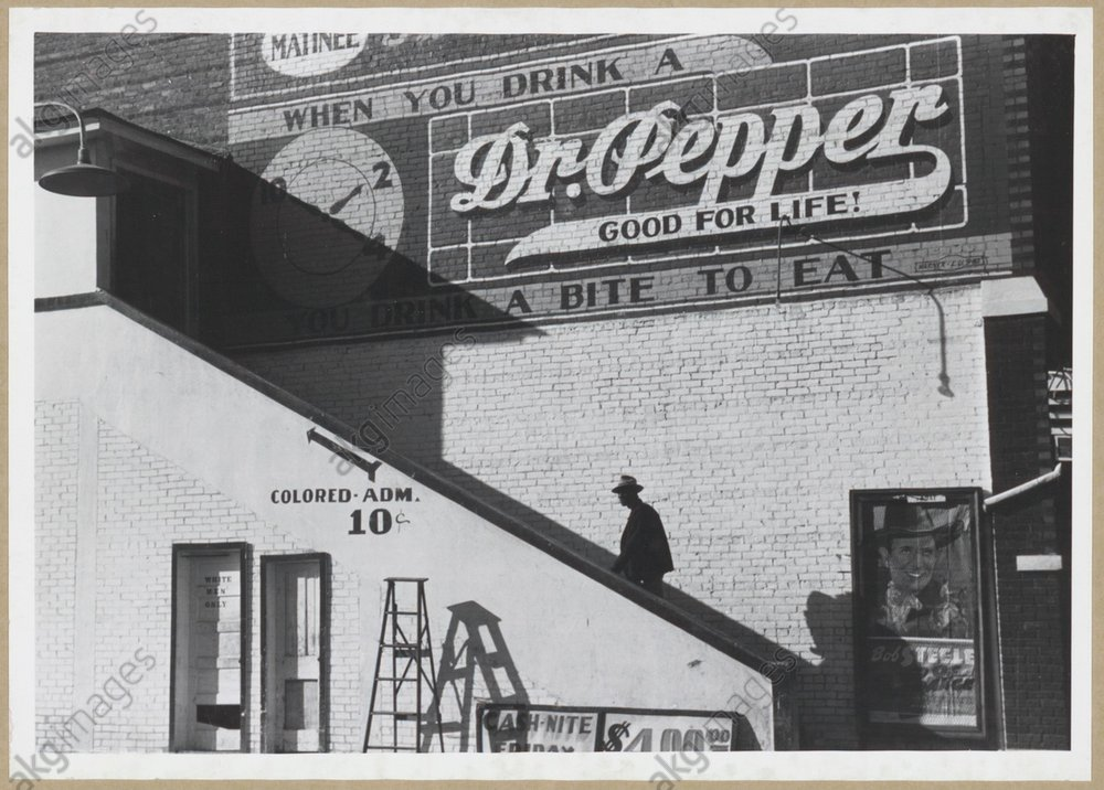 Entrance for African Americans at a cinema in Belzoni, Mississippi, on a Saturday afternoon. Photo, 1939<br/>AKG1042236