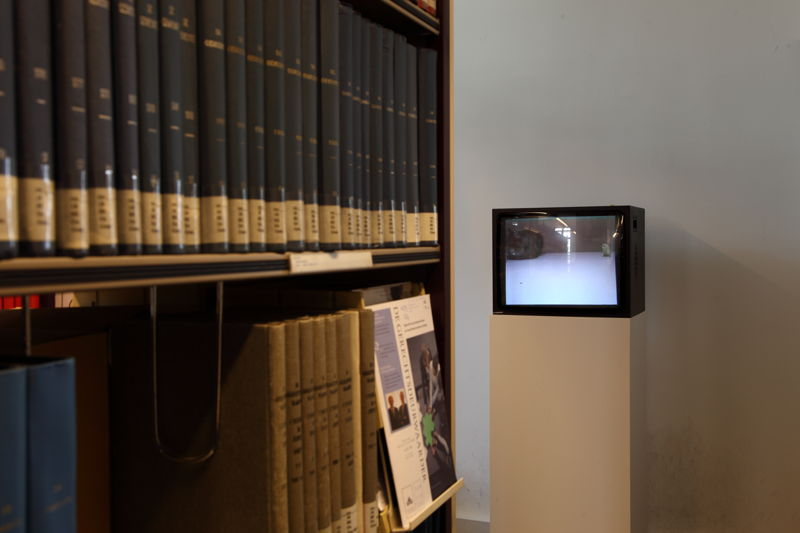 Installation view of the exhibition &#039;Entre nous quelque chose se passe...&#039; in the Library of the Faculty of Law, KU Leuven.<br/>Artist and work: David Claerbout, Cat and bird in peace (1996)<br/>Photo © Dirk Pauwels