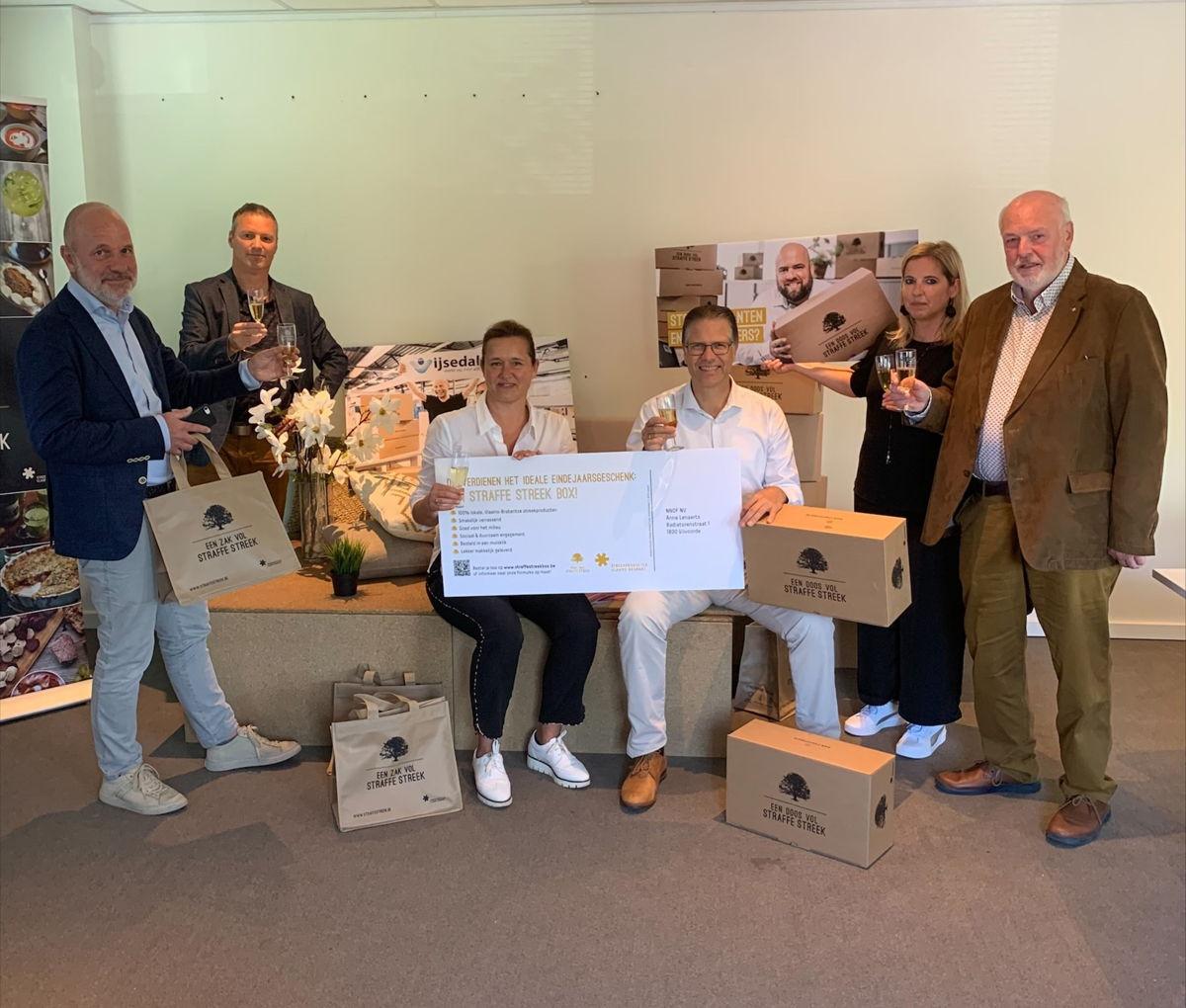 Gedeputeerde Tom Dehaene overhandigde de eerste streekboxen voor bedrijven aan NNOF in Vilvoorde