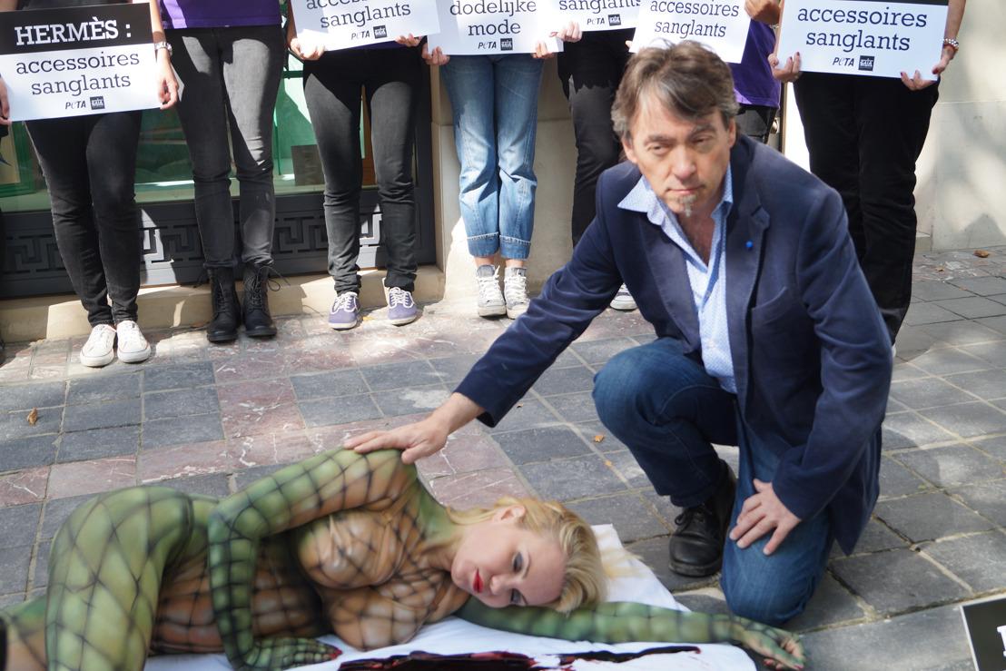Lesley-Ann Poppe protesteert als krokodil tegen dierenleed bij Hermès