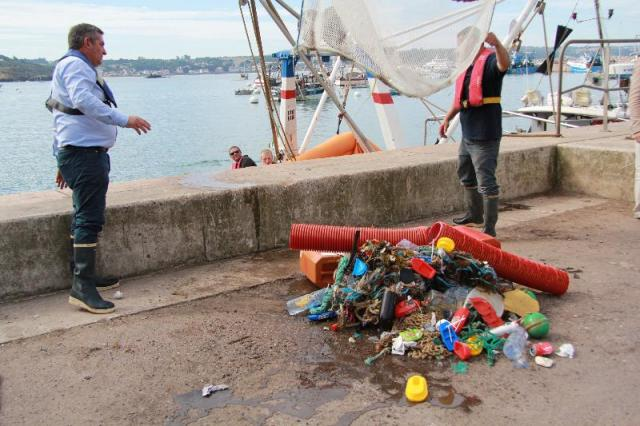(Photo Ouest France) Thierry Thomazeau empties the trawl during the demonstration