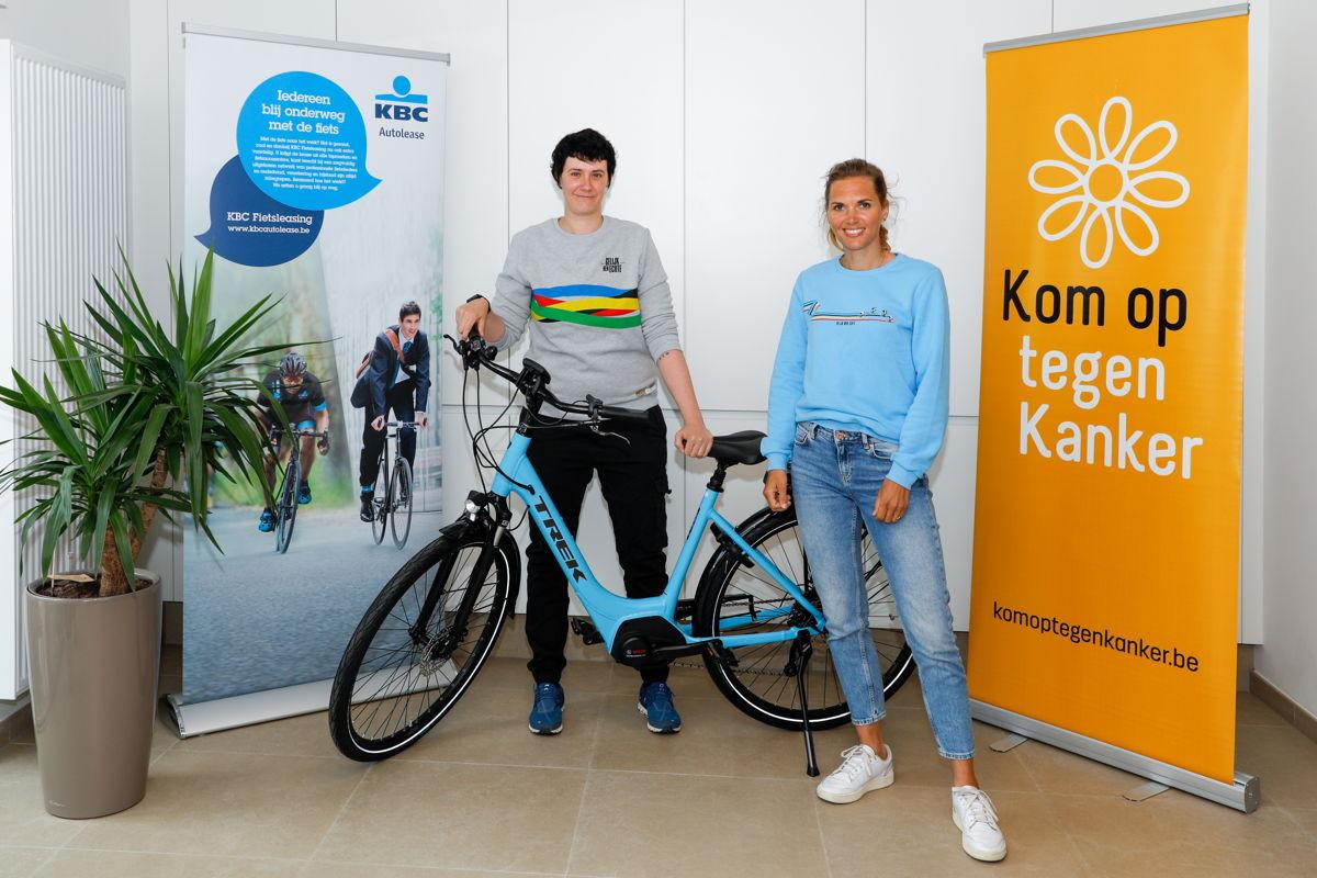 Tamara Carlier, winnaar Gelijk nen Echte-fietschallenge en Ine Beyen, kopvrouw van de Gelijk nen Echte-ploeg