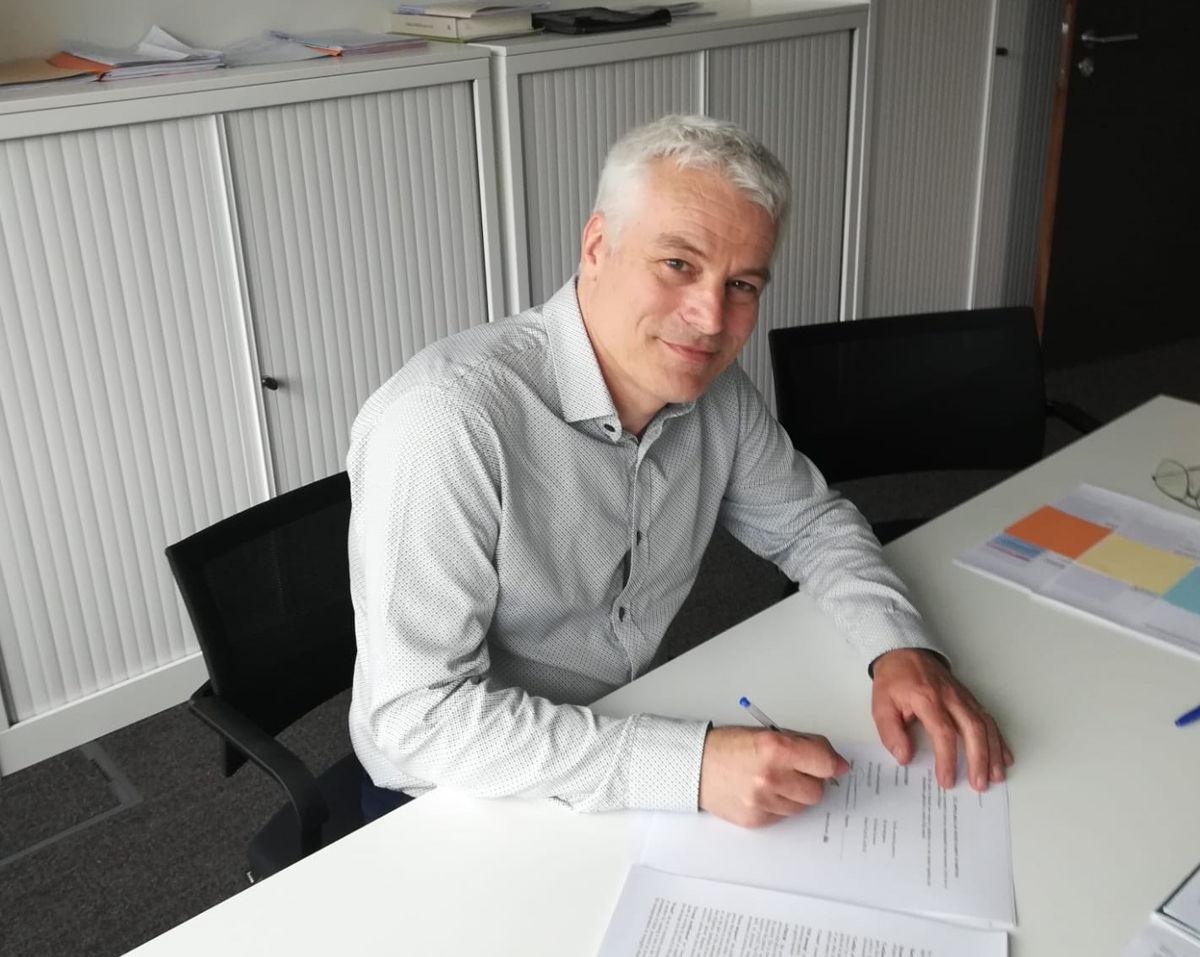 ondertekening contract EIP-AGRI Support Facility door Toon Denys, gedelegeerd bestuurder VLM