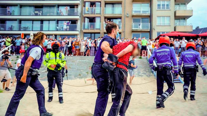 Politie rukt uit voor rellen op het strand van Blankenberge in 'Helden van Hier: De Kust'