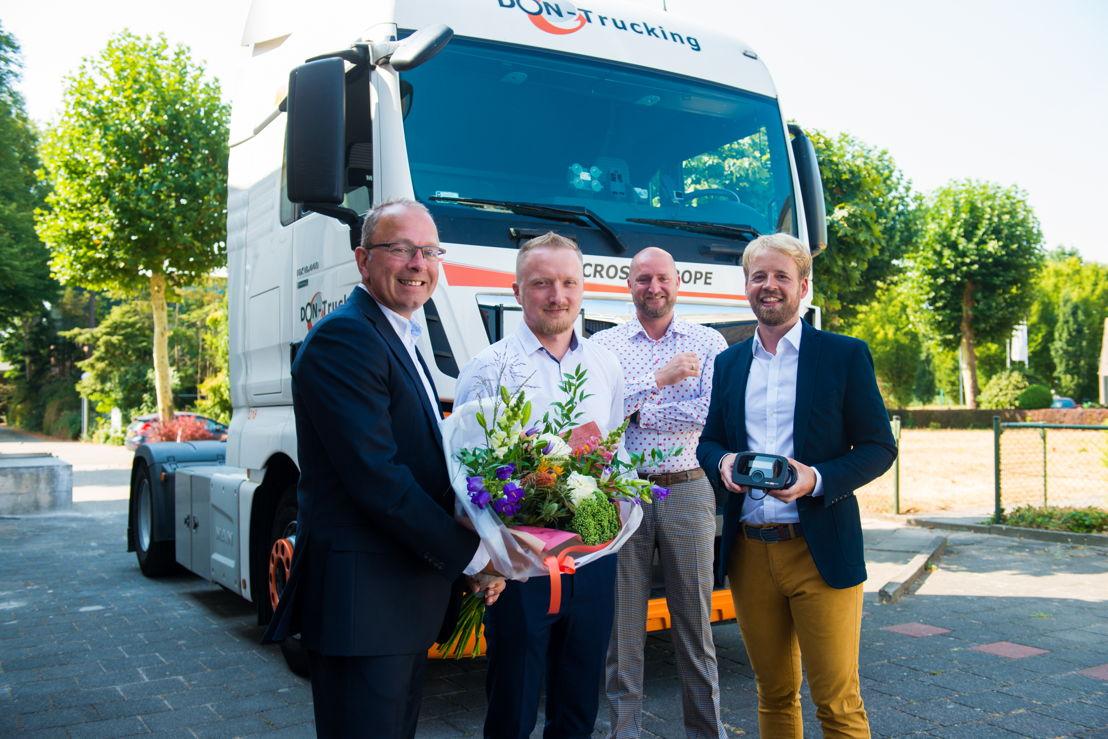 Don Trucking reçoit la DKV BOX EUROPE le 2 août dernier. De gauche à droite : Gertjan Breij, managing director DKV Euro Service Bénélux & Royaume- Uni, Darek Hejnicki, directeur opérationnel chez Don Trucking, Don de Jong, fondateur Don Trucking et Thomas Klusemann, Head of Product Management Toll chez DKV Euro Service