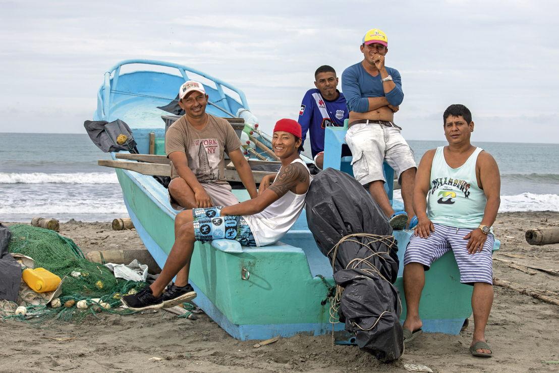 Pescadores ecuatorianos en la playa
