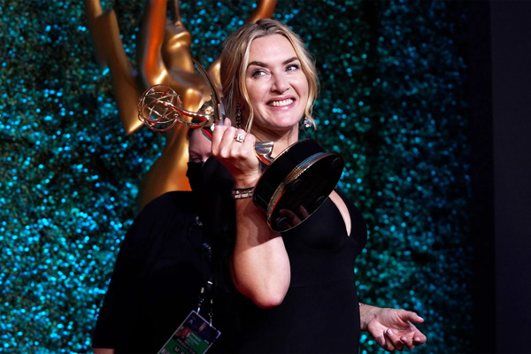 Preview: Kate Winslet, Michaela Coel, Evan Peters en John Oliver bekroond op 73e Emmy® Awards