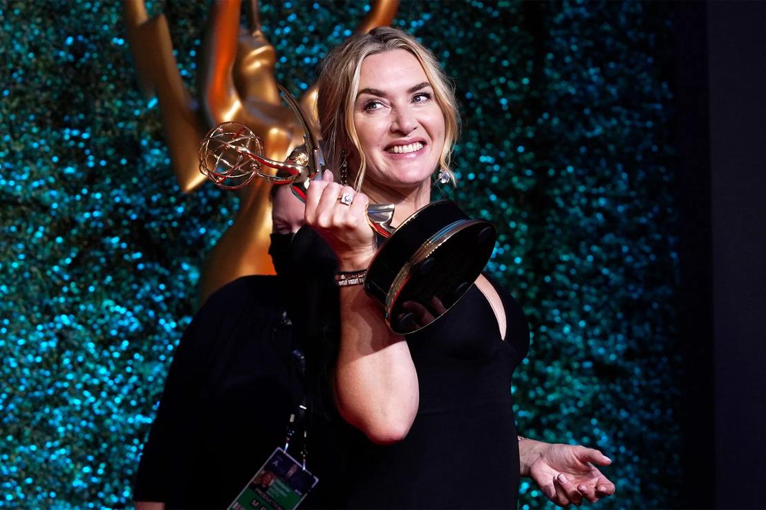 Kate Winslet, Michaela Coel, Evan Peters en John Oliver bekroond op 73e Emmy® Awards