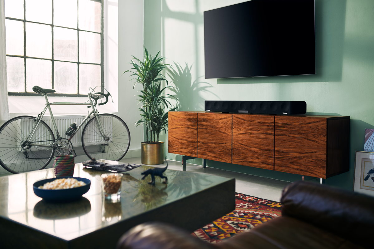 Via room calibration, the AMBEO Soundbar optimizes the sound for the individual room and preferred seating position.