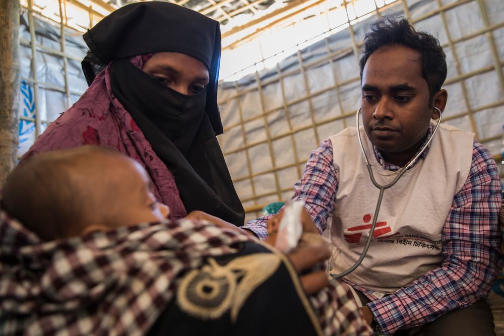 Een jongetje wordt onderzocht door een arts van AZG in het vluchtelingenkamp van Nayapara. Zijn moeder kwam in oktober 2017 toe in Bangladesh, zijn vader overleefde de tocht niet. © Anna Surinyach