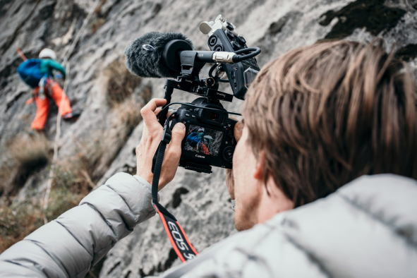 Besides interview situations, the MKE 600 shotgun microphone was used when filming the climbers on the cliff face