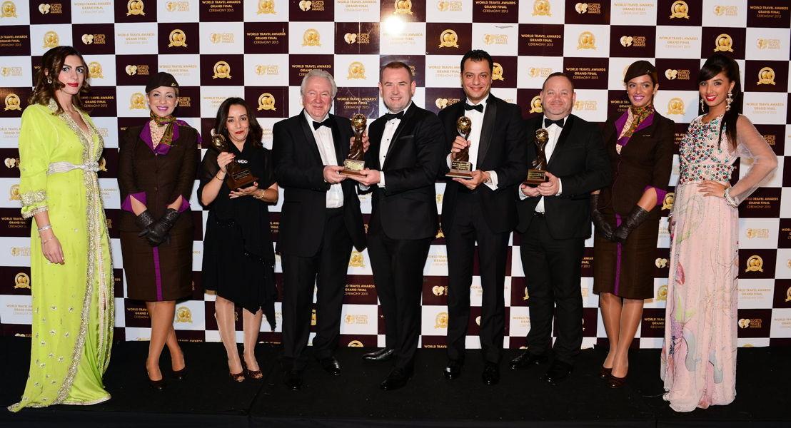 Calum Laming, Vice President Guest Experience bij Etihad Airways (midden) en de leden van de Guest Experience en Morocco management teams, nemen de awards in ontvangst van Graham Cooke, President van de World Travel Awards (vierde van links).