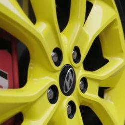 Hyundai bezorgt Elliot (7) de dag van z'n leven in een blauwe Hyundai met gele velgen