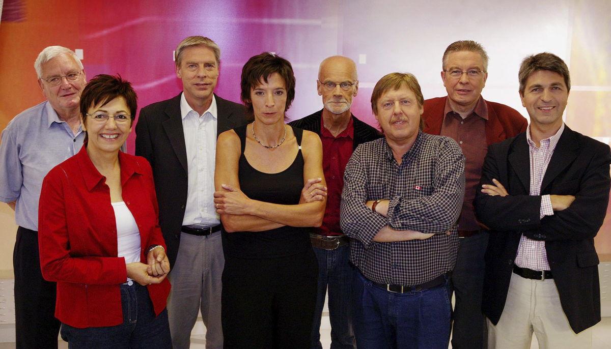 De ankers in de eerste 10 jaar van Terzake: Walter Zinzen, Frieda Van Wijck, Alain Coninx, Phara de Aguirre, Dirk Tieleman, Siegfried Bracke, Dirk Sterckx en Ivo Belet (foto 2004 - (c) VRT - Phile Deprez)