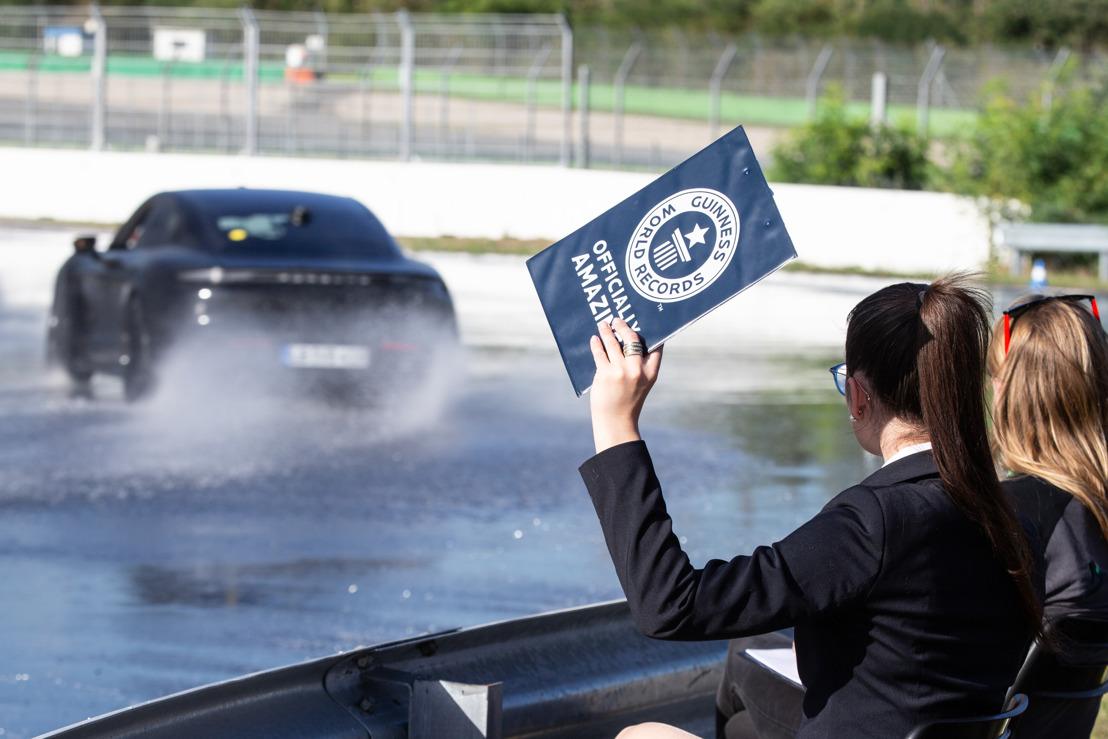 Une voiture de sport électrique accomplit un marathon de drift au Hockenheimring