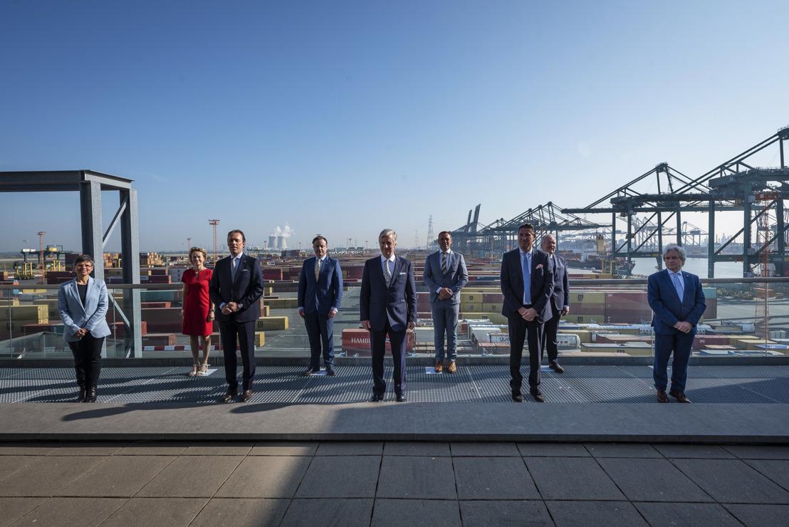 Koning Filip bezoekt haven van Antwerpen die 100% operationeel is tijdens coronacrisis
