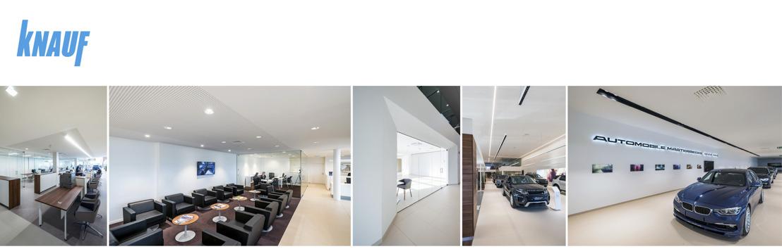 Hoogwaardig plafond- en wandsysteem voor showroom luxewagens