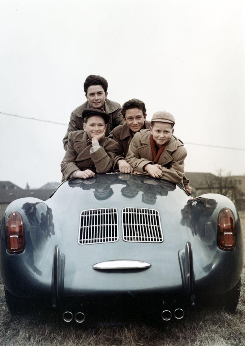 Wolfgang Porsche (1953, derecha) junto a sus hermanos Hans-Peter (izq.) y Ferdinand Alexander y su hermana Gerhard. Sobre un Porsche 550 Spyder