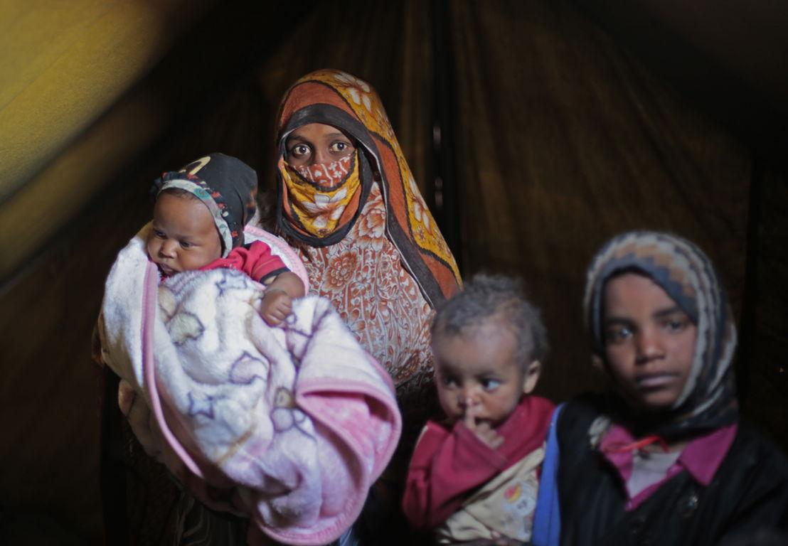 Um Abdulrahman porte son enfant né durant la guerre et maintenant déplacé dans le camp Khmer à Amran, Yémen. La famille a dû fuir leur maison pour échapper aux bombardements incessants dans la région de Sa'ada. ©Rawan Shaif