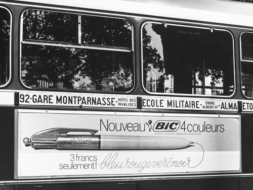 L'ICONIQUE BIC®4 COULEURS® FÊTE SES 50 ANS ET TRAVERSE TOUTES LES MODES!