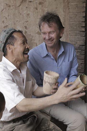 Michael Wood met handwerker in karavaanstad Kashgar - (c) BBC Worldwide