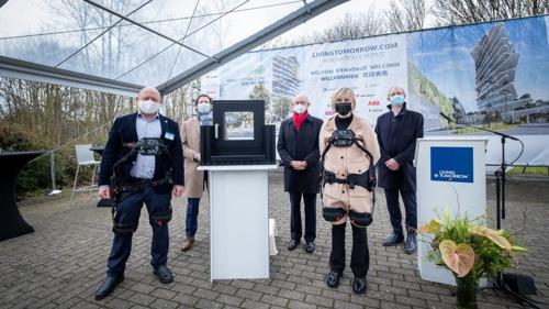 Vlaams viceminister-president Hilde Crevits plaatst in exoskelet eerste raam nieuwe Living Tomorrow Campus