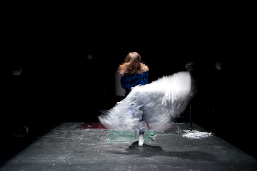 Miet Warlop - Dragging The Bone © Reinhout Hiel