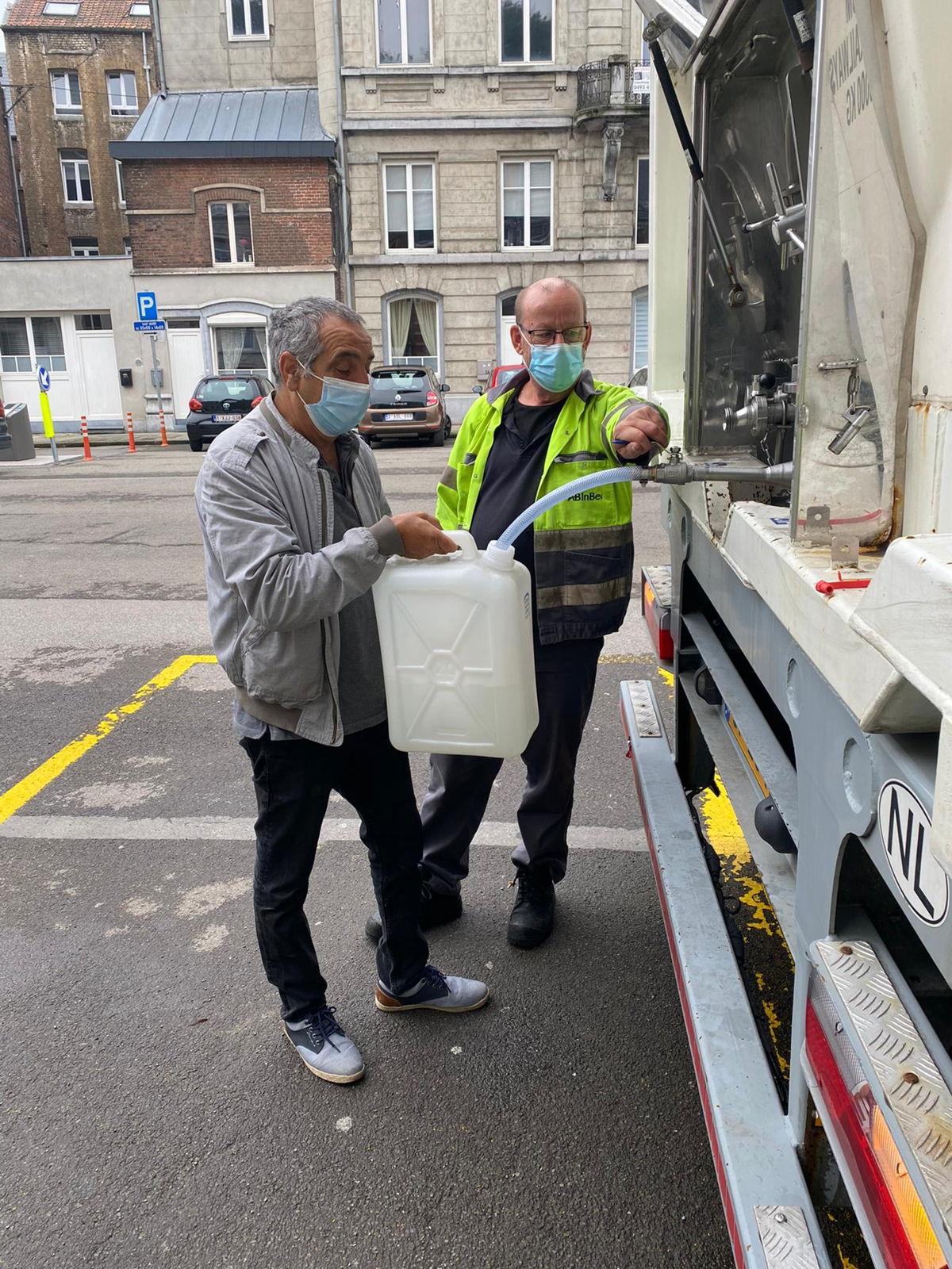 Drinkbaar water wordt lokaal ook opgehaald met bidons