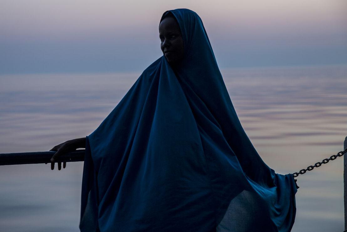 © Anna Surinyach/MSF<br/>Fathema, une jeune fille de 15 ans, a fui la pauvreté et la violence de la Somalie comme bon nombre de ses compatriotes. Elle a été secourue par une équipe de Médecins Sans Frontières alors qu'elle était sur un bateau surchargé sur la Méditerranée.