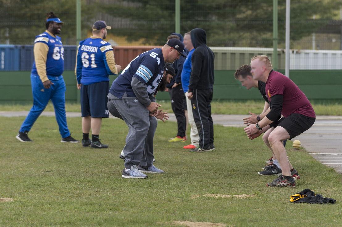 Chris Van Zeyl enseigne des exercices de football aux militaires déployés dans le cadre de l'opération UNIFIER à Starychi, en Ukraine. Photo : CplC Mathieu Gaudreault, Caméra de combat des Forces canadiennes