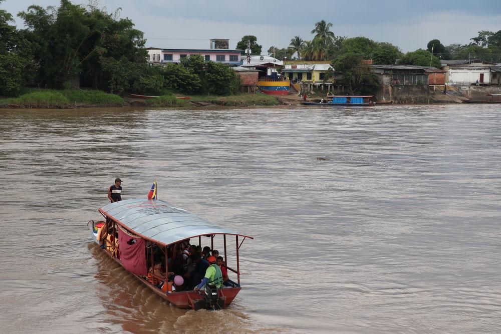 Todos los días, cientos de venezolanos cruzan el río Arauca, que conforma la frontera entre su país y Colombia, en busca de medicamentos, alimentos y atención médica. © Esteban Montaño/MSF