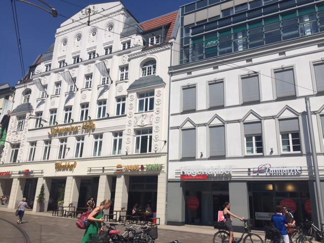 Die neue 400qm große Filiale liegt im Erdgeschoss in den Schweriner Höfen und hat somit neben einem Haupteingang zum Marienplatz einen weiteren Eingang in den Höfen.