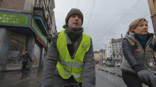 Pano fietst op de overvolle weg