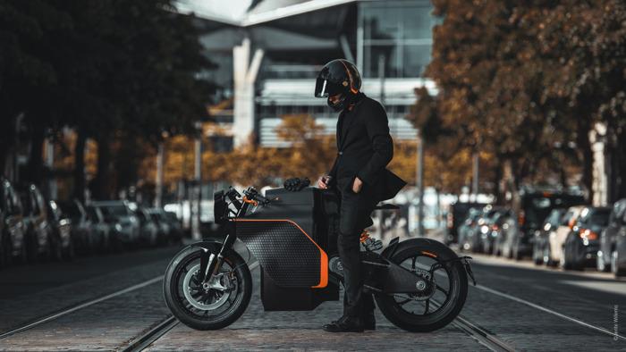 Eerste elektrische superbikes en moto-maatpakken van Café Costume al over de toonbank!