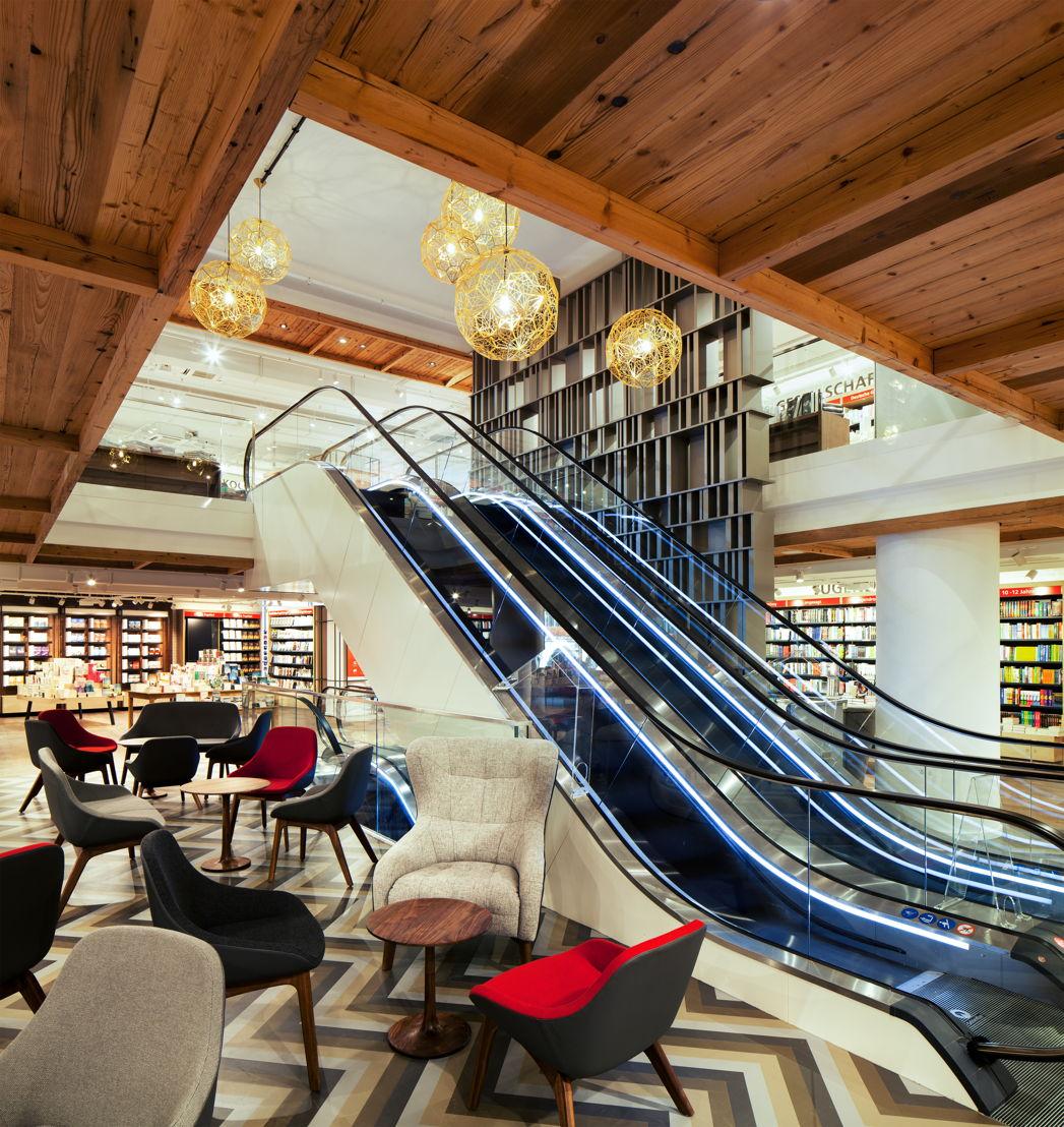 Die Kunden kommen über eine Rolltreppe in die offenen und hellen Räume im ersten und zweiten Stock; (c) Schwitzke