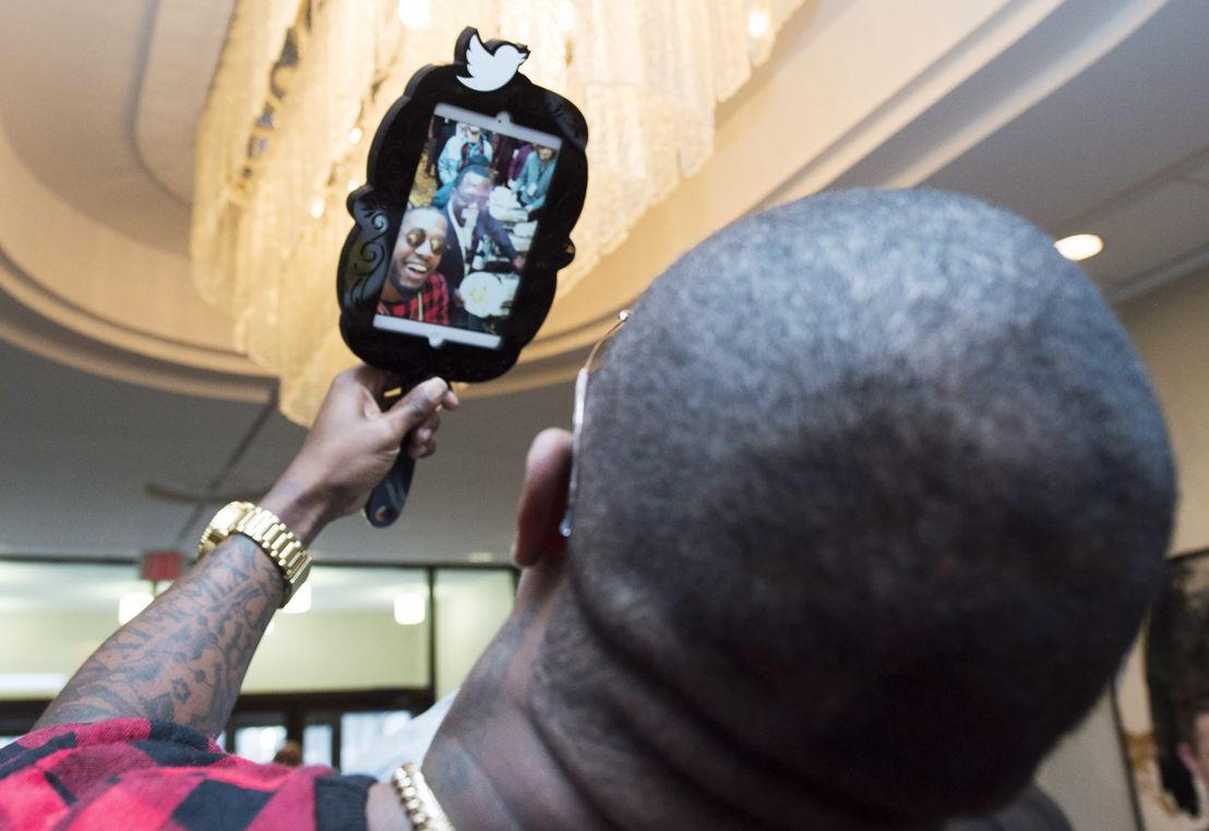 Des joueurs utilisant le miroir Twitter lors de la #CoupeGrey 2015.