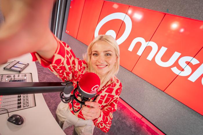 Julie Van den Steen presenteert de Qmusic-ochtendshow in de paasvakantie