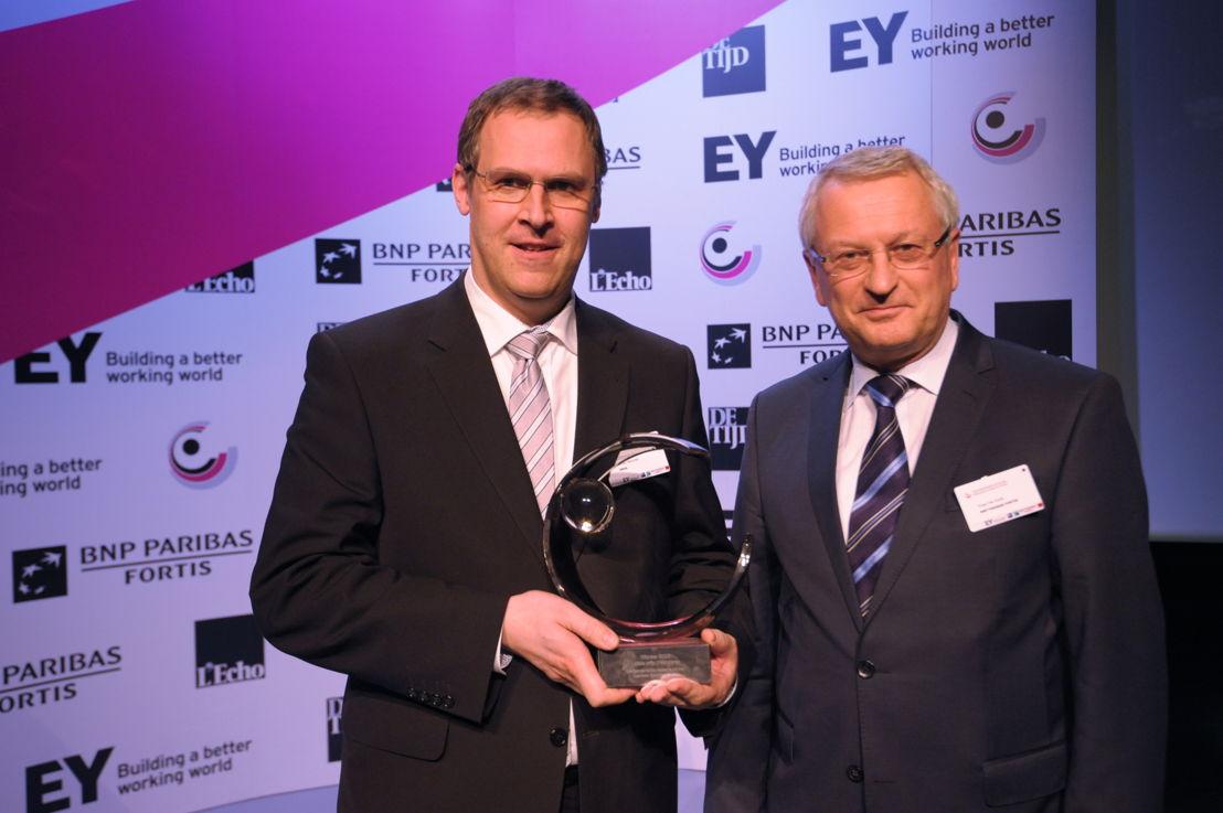 Koen Delie d'IMOG reçoit le prix de 'l'Organisation publique Locale de l'Année 2015 - Flandres' d'Yvan De Cock, Head of Corporate & Public Bank Belgium chez BNP Paribas Fortis