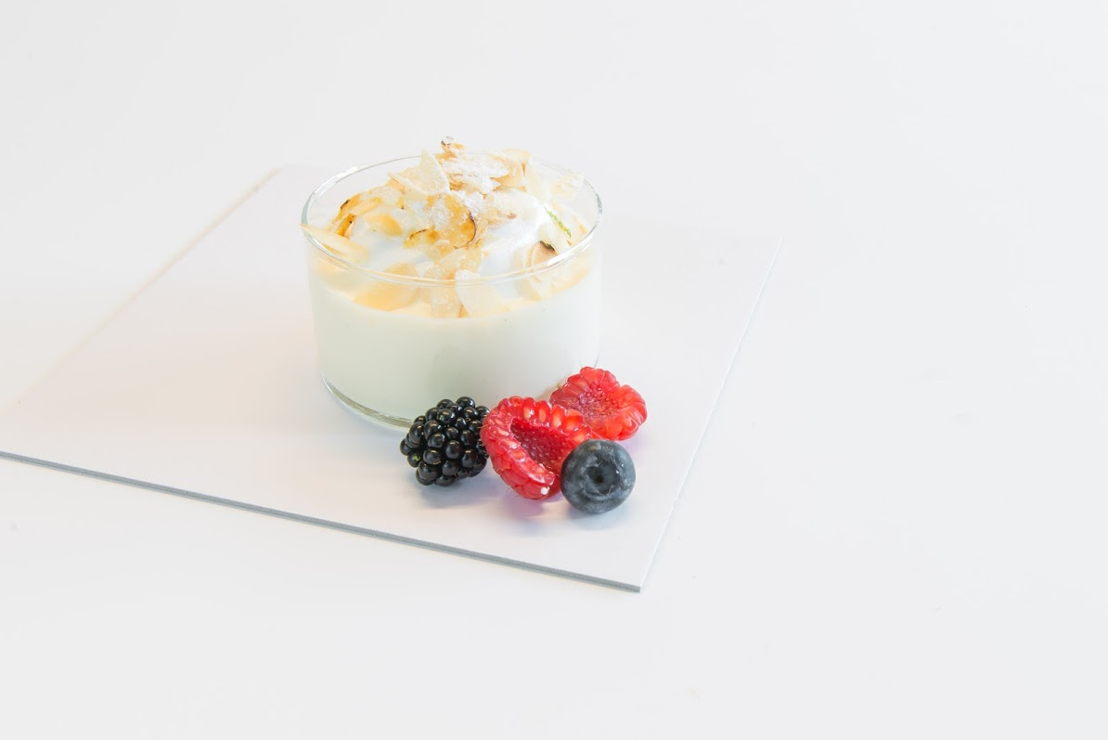 Fijnbakkerij Debusschere - Luchtige anglaise crème geparfumeerd met thaiti vanille stokjes met  en merengue eventjes gekarameliseerd en wat vers fruit