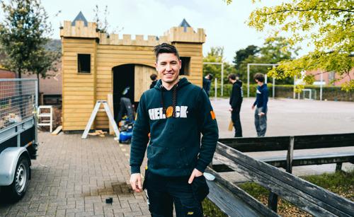 Chiele bouwt een houten kasteel tijdens zijn werkplekleren