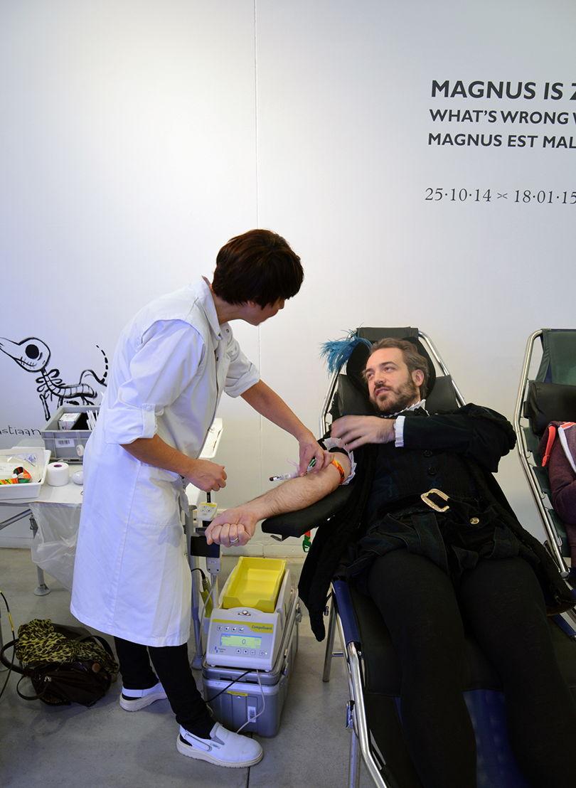 Bloedinzamelactie met Rode Kruis Vlaanderen - Vesalius geeft bloed © M - Museum Leuven