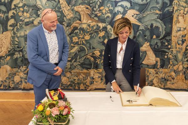 Gouverneur Carina Van Cauter ondertekent het Gulden Boek van de Provincie met aan haar rechterzijde Eerste gedeputeerde Kurt Moens