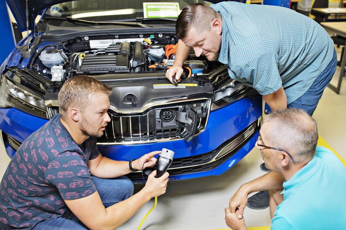 ŠKODA AUTO trains staff for demands of electromobility