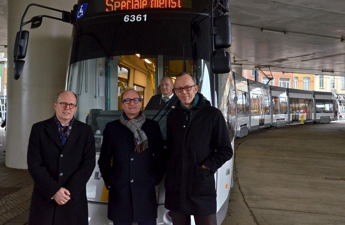 Dirk Busschaert (De Lijn Oost-Vlaanderen, Ben Weyts (Vlaams minister van mobiliteit en Openbare Werken) en Filip Watteuw (Gents schepen van Mobiliteit) bij de nieuwe Albatrostram. (c) Lou Demeyere